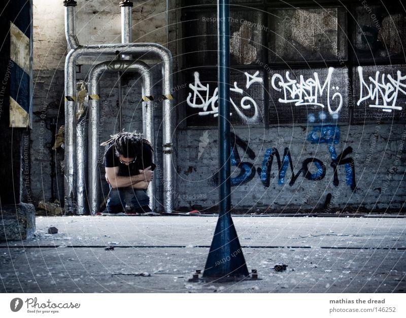 GESCHEITERT Misserfolg zurückziehen Verzweiflung Angst Panik geschlossen hocken sitzen Ecke Einsamkeit Schutz schützend Haare & Frisuren Rastalocken stehen