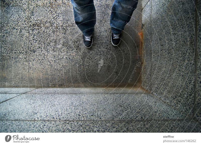 SCHÄM DICH! Ecke Mann stehen schuldig Sühne Fliesen u. Kacheln Wand Mauer Beine Vogelperspektive grau trist eng eingeengt Detailaufnahme Schwäche Mensch Scham