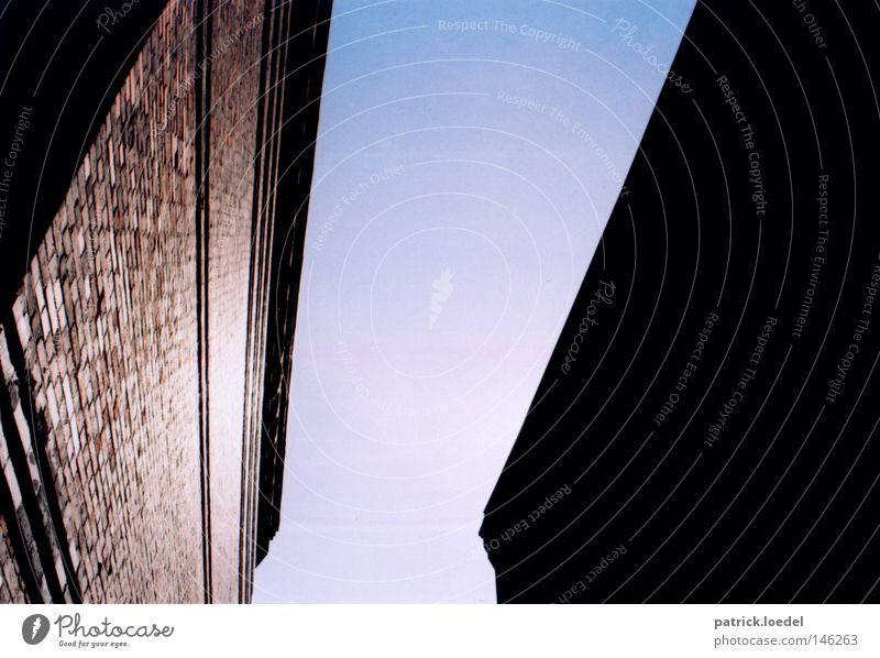 [HH08.3] Licht und Blindheit Schatten blind schwarz dunkel Silhouette Haus Wand Backstein blau hell Schlucht Sonne Sommer Abend Am Rand unten aufwärts Morgen
