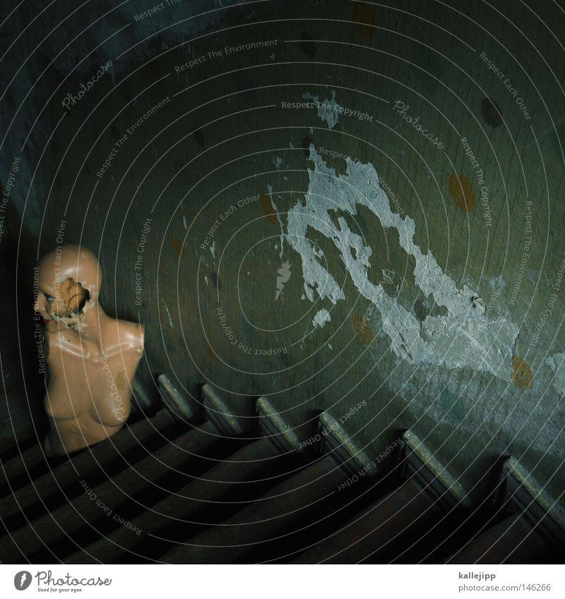 treppenblick Schaufensterpuppe kaputt Zerstörung ausgemustert Torso Kellerwand Kellertreppe schäbig alt unbrauchbar
