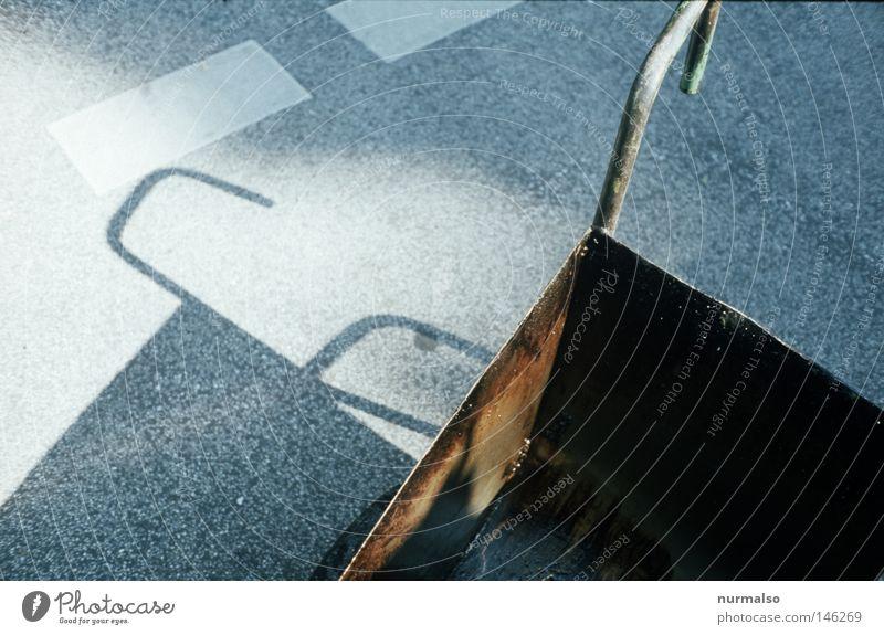 ein Job schwarz Straße Wärme Wege & Pfade Arbeit & Erwerbstätigkeit Verkehr dreckig Schilder & Markierungen Haut kaputt Baustelle Physik Verkehrswege Autobahn