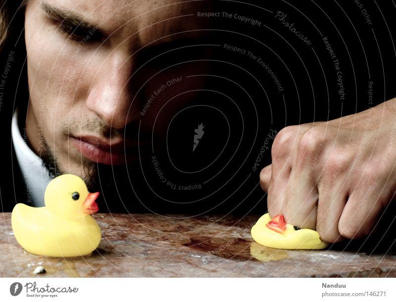 Sing, Vogel, Sing! Mensch Mann Vogel Macht Gewalt böse Ente schlagen Faust unschuldig Mafia Badeente Spielzeug Folter Vernehmung