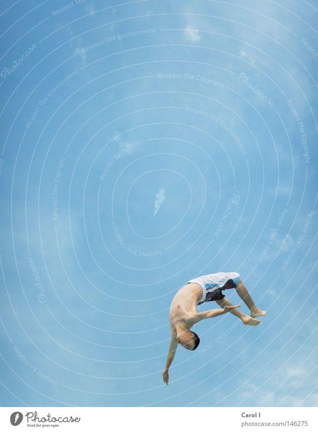 Schwups - Salto springen Mann maskulin Badehose Schwimmbad Schwung Luft luftig Akrobatik Artist Sprungbrett talentiert Wolken leicht dünn Spielen nass Meer See