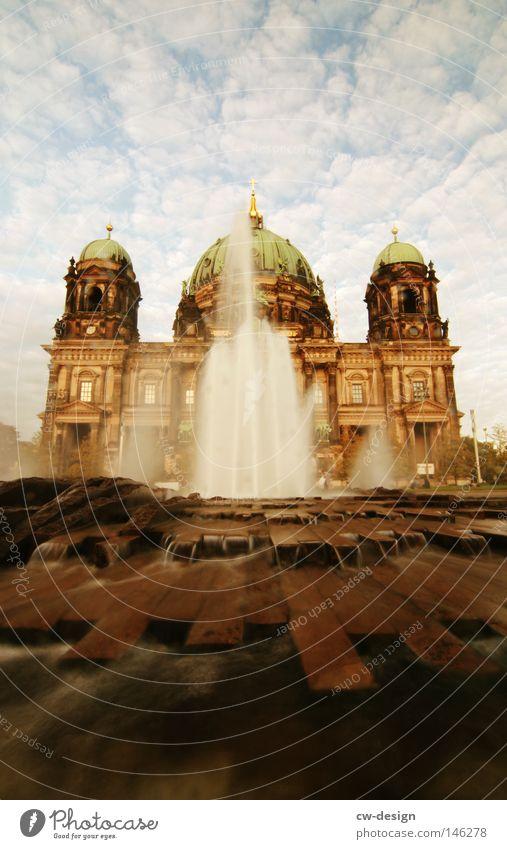 Denn das Leben ist ein Fluß der fließen muß... alt Himmel Wolken Berlin Gebäude Religion & Glaube warten Architektur Deutschland Beton Rücken Hoffnung modern Kirche Fluss Mitte