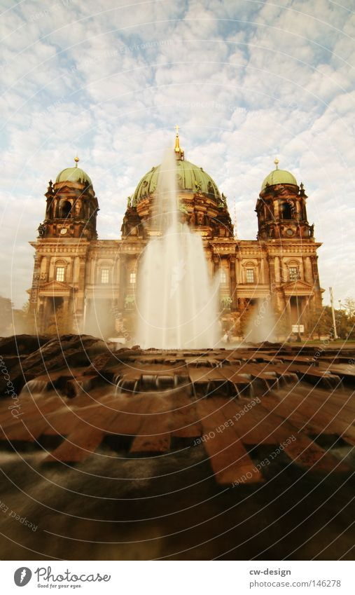 Denn das Leben ist ein Fluß der fließen muß... Springbrunnen Wolken Beton Stahl monumental Bauwerk historisch Kuppeldach Wahrzeichen Berlin Gotteshäuser Fluss