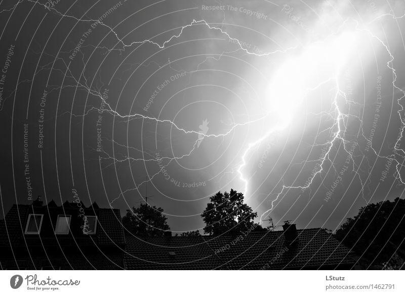 L'orage noir Umwelt Natur Himmel Gewitterwolken Sommer Klimawandel Wetter schlechtes Wetter Unwetter Sturm Blitze dunkel gigantisch hell schwarz weiß Angst