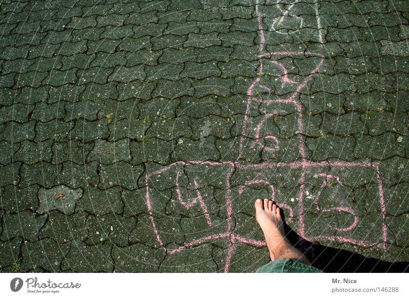 4 fuss 5 Zehen Zehennagel einzeln Barfuß rechts Beinbehaarung Shorts Sommer Physik Ziffern & Zahlen 6 7 8 Spielen hüpfen springen Asphalt grau grün Hinterhof