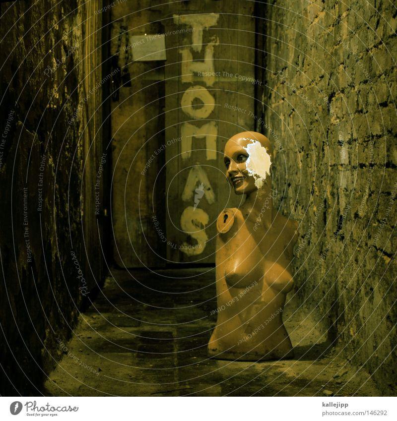 thomas d. meets jenny e. kaputt Zerstörung unheimlich Keller Schaufensterpuppe Torso Zombie unbrauchbar Müll ausgemustert Kellerwand Kellertür Sperrmüll