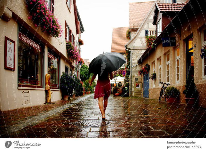Sommerregen Regen Wetter Gewitter nass kalt Regenschirm feucht Kleid Spaziergang laufen gehen Fußgänger Fußgängerzone Stadtzentrum Altstadt Frau Sommerkleid