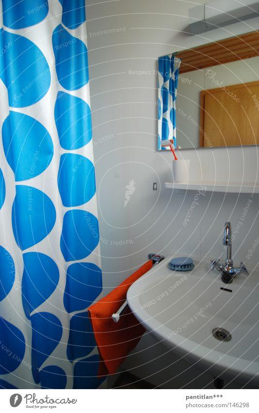 Das Bad Dusche (Installation) Duschraum Duschvorhang Vorhang Waschbecken Spiegel Wasserhahn Handtuch Handtuchhaken rot Seife Siebziger Jahre Sechziger Jahre