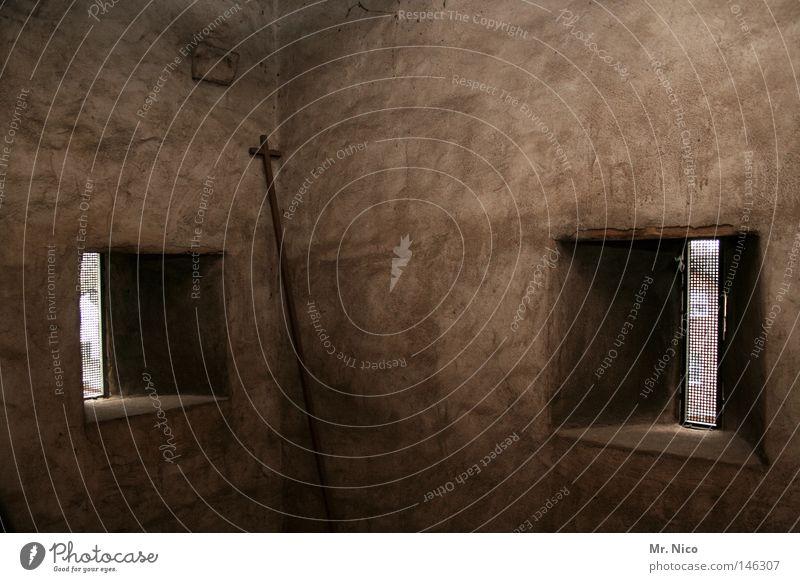 ins eck gestellt alt dunkel Fenster Wand Religion & Glaube braun dreckig Rücken Ecke Frieden verfallen Putz Gott heilig Gebet