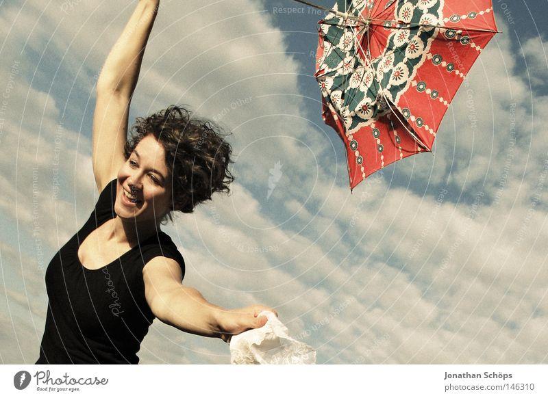 Rennender Schirm mit Mädchen dran Mensch Himmel Jugendliche weiß blau rot Freude Wolken schwarz Ferne feminin springen oben Glück Haare & Frisuren lachen