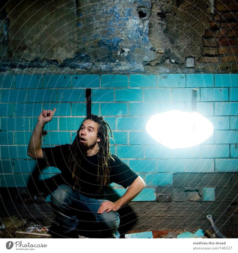 LICHT AUFGEGANGEN Mann alt blau Freude Wand Denken planen Hintergrundbild trist Fliesen u. Kacheln Konzentration verfallen Idee Fleck Ödland hocken