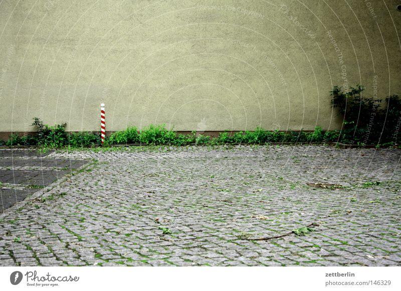Irgendwas fehlt Einsamkeit Haus Wand Stein Gebäude Fassade Platz leer Hoffnung Häusliches Leben Vertrauen Rad Verkehrswege Kopfsteinpflaster Parkplatz Barriere