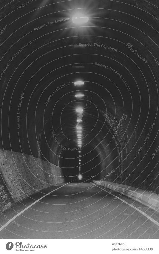 kaum noch zu sehen weiß dunkel schwarz Straße Lampe leuchten Tunnel