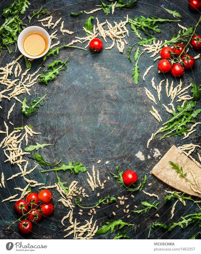 Frische Pasta mit Öl , Tomaten und Zutaten fürs Kochen Lebensmittel Gemüse Salat Salatbeilage Kräuter & Gewürze Ernährung Mittagessen Abendessen Büffet Brunch