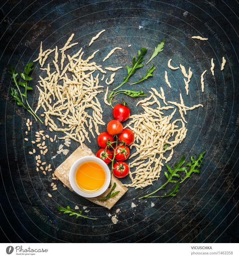 Nudeln mit schmackhaften Zutaten fürs Kochen Lebensmittel Käse Gemüse Teigwaren Backwaren Kräuter & Gewürze Öl Ernährung Mittagessen Abendessen Festessen