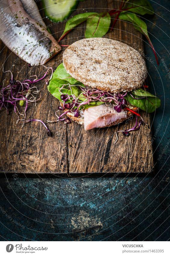 Gesunde Fischsandwich mit Kornbrot und Matjes Lebensmittel Gemüse Salat Salatbeilage Brot Brötchen Ernährung Frühstück Mittagessen Abendessen Bioprodukte