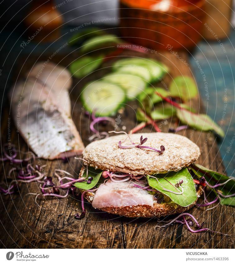 Gesundes Fisch-Sandwich mit Hering , Gurken und Sprossen Gesunde Ernährung Leben Essen Foodfotografie Stil Lebensmittel Design Tisch Gemüse Bioprodukte