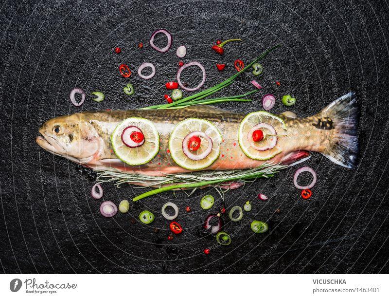 Fisch mit köstlichen gehackten Gewürze. Gesunde Ernährung dunkel Leben Essen Foodfotografie Stil Lebensmittel Design frisch Tisch Kochen & Garen & Backen