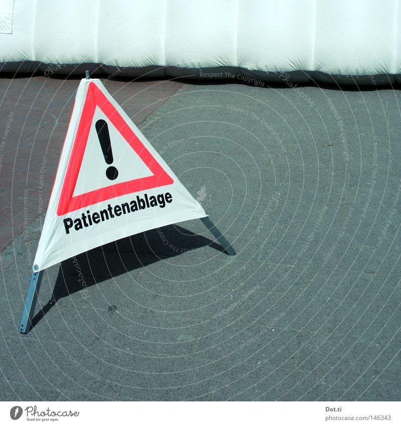 Aus is! Wiesn 2008 weiß rot Straße grau Gesundheit Schilder & Markierungen Hilfsbereitschaft Schriftzeichen Asphalt Krankheit Buchstaben Gesundheitswesen Hinweisschild Typographie Barriere