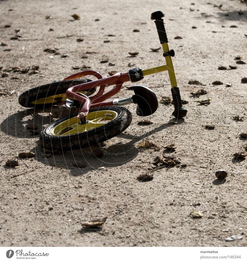 verlassen Natur Einsamkeit ruhig Herbst Spielen Bewegung Wege & Pfade klein Kindheit gehen liegen Geschwindigkeit Boden fahren fallen Rad