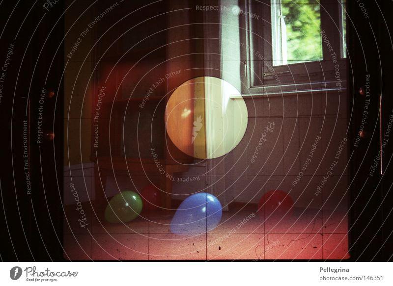 die welt dahinter Farbe Fenster Holz Raum Perspektive Luftballon analog Fleck blenden Digitalfotografie Kommode