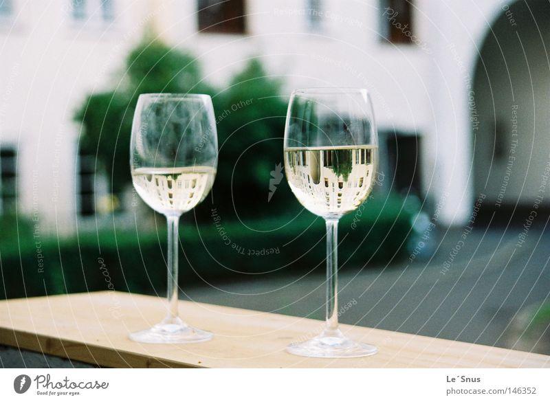 Verdrehtes snoozeln Weinglas Balkon Innenhof Kopfstand Glas Stillleben konvex Alkohol Sommer