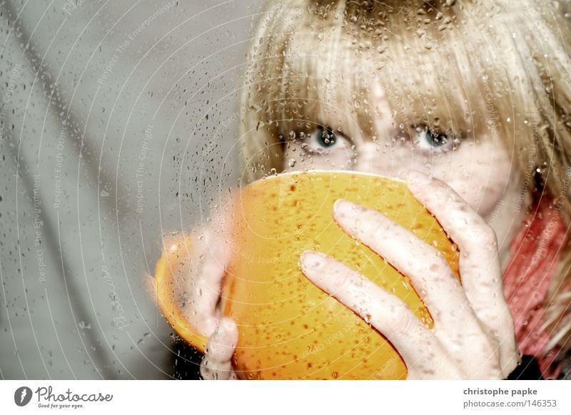 Abwarten und Tee trinken Tasse Winter heiß Auge Blick Kondenswasser Wassertropfen Fensterscheibe Scheibe kalt heizen Hand umfassen blond Jugendliche Frau Schal