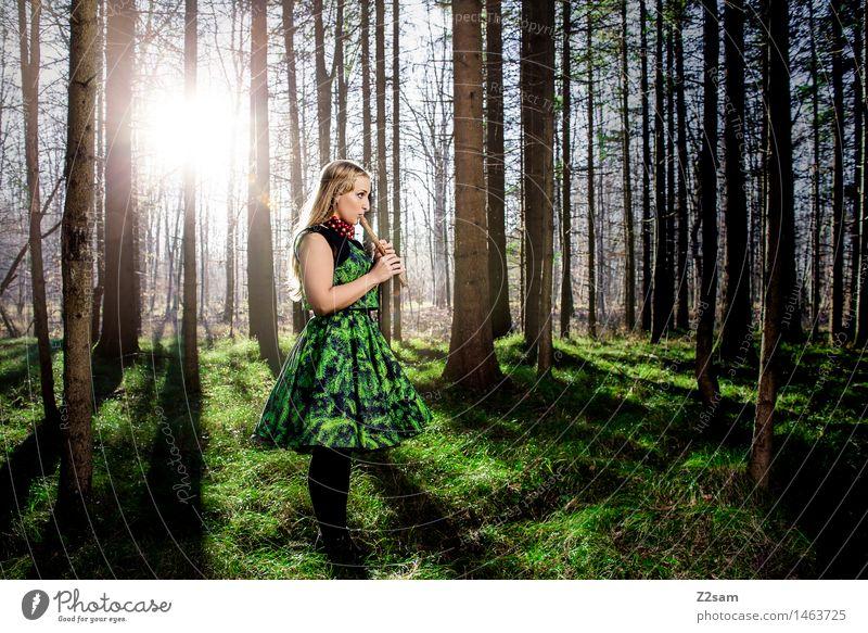 Frau spiel Flöte im Zauberwald elegant Stil Weihnachten & Advent feminin Junge Frau Jugendliche 18-30 Jahre Erwachsene Natur Landschaft Sonne Sonnenlicht Herbst
