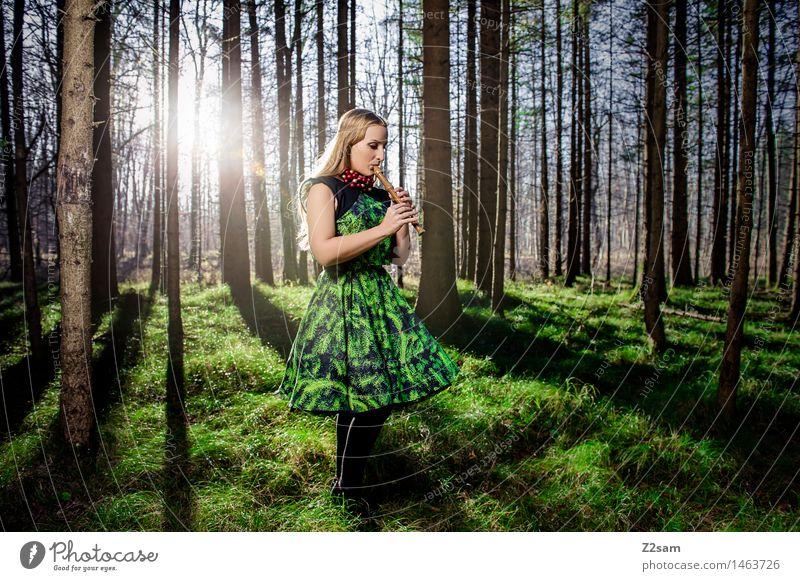 Frohe Weihnachten Natur Jugendliche Weihnachten & Advent schön grün Junge Frau Sonne Landschaft ruhig Winter Wald 18-30 Jahre Erwachsene Religion & Glaube