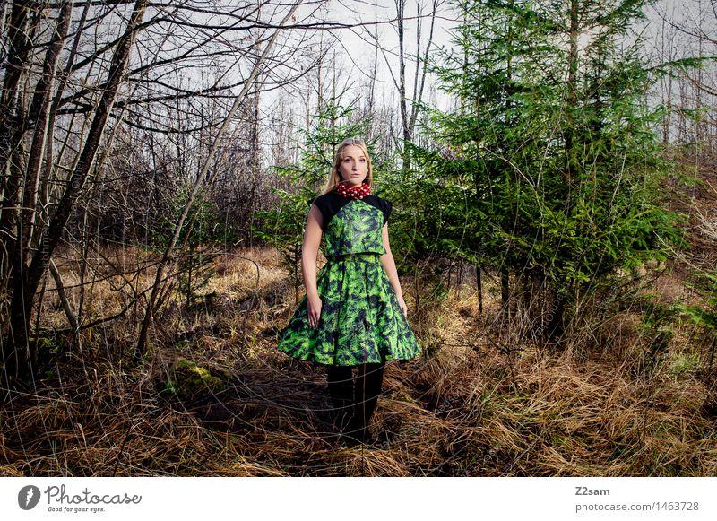 BEtheTREE Jugendliche Weihnachten & Advent grün schön Junge Frau Baum Landschaft Einsamkeit Mädchen Winter 18-30 Jahre Wald Erwachsene feminin Stil Lifestyle