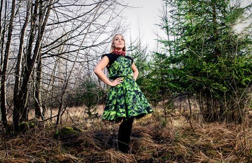 BEtheTREE Lifestyle elegant Stil Weihnachten & Advent feminin Junge Frau Jugendliche 18-30 Jahre Erwachsene Landschaft Winter Schönes Wetter Baum Sträucher Wald