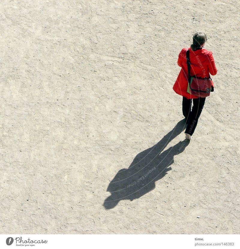 HH08.3 - Rotjäckchen auf Pirsch Ausflug feminin Frau Erwachsene Rücken Platz Verkehrswege Bekleidung Tasche gehen rot Sandplatz unterwegs Sonnenlicht einzeln