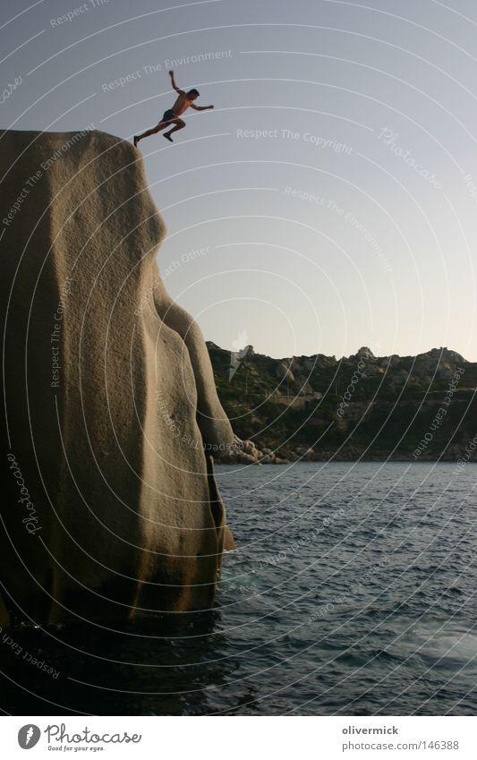 ein großer schritt Mensch Himmel Mann Wasser Meer springen Stein Wellen Felsen hoch frei Mut hüpfen befreien Granit loslassen