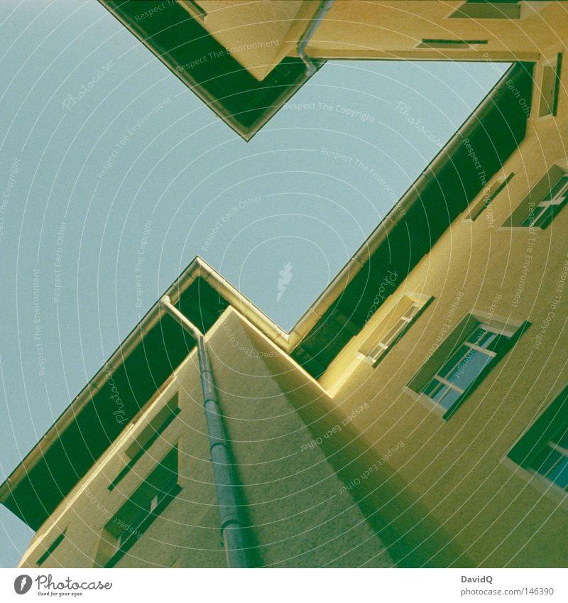 eckhart Himmel blau gelb Fenster oben Linie Wohnung Fassade hoch Ecke Häusliches Leben Dach Etage aufwärts bleich Geometrie