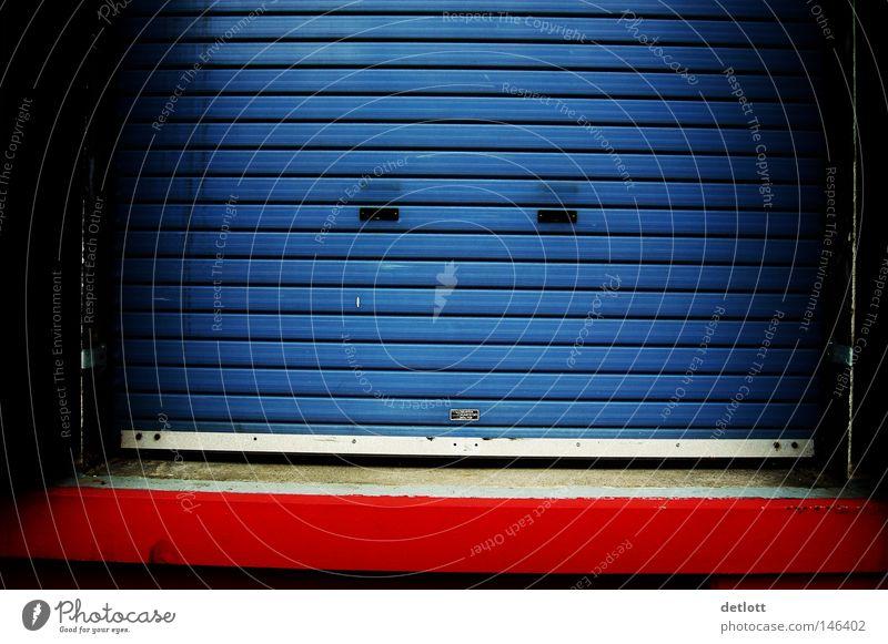 closed Tor Einfahrt Garage blau rot Streifen sehr wenige Einsamkeit geschlossen Farbe Zugang Eingang Feierabend gesperrt Rollo Rollladen Laderampe