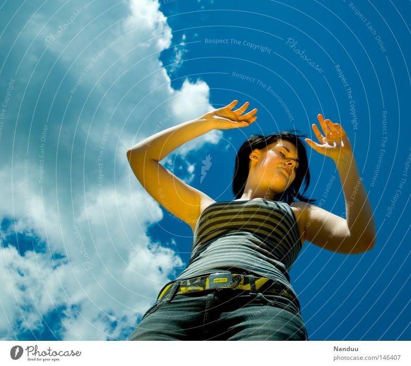 Tauchgang ins Nirgendwo Frau Mensch Jugendliche schön Himmel Sommer ruhig Wolken Leben feminin springen Freiheit träumen Zufriedenheit Kraft