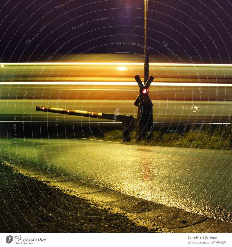 Bahnübergang Schranke vorbeifahrender Zug Langzeitbelichtung bei Nacht Glück ruhig Rennbahn Güterverkehr & Logistik Bahnhof Verkehr Verkehrsmittel Straße Ampel