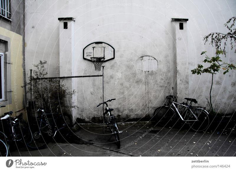 Basketballbackup Haus Stadthaus Mieter Vermieter Mietrecht Hof Hinterhof Basketballkorb Spielen Freude Fahrrad Rad Reifen Fahrradständer parken Parkplatz