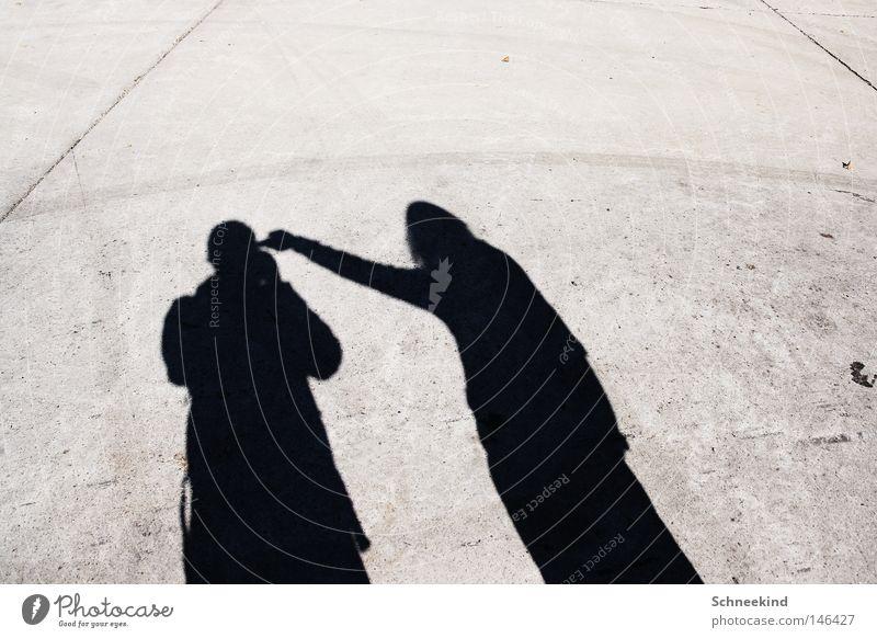 Schattenkrieger Sonne Licht Bodenbelag Stein Werk Gelände Mensch 2 Mann Frau maskulin Pistole drohen Hand Arme Angst Verzweiflung Tod töten Panik Trauer