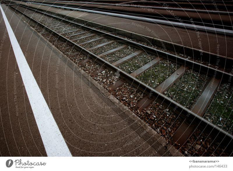 Auf der Flucht Ferien & Urlaub & Reisen Ferne Stein Linie Beleuchtung Verkehr Eisenbahn Ecke fahren Schweiz Unendlichkeit Gleise Bahnhof Verkehrswege Flucht Kies