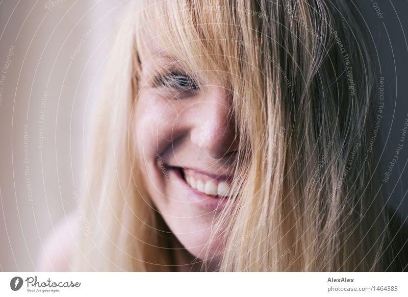 fröhlich Freude Leben Junge Frau Jugendliche Haare & Frisuren Gesicht 18-30 Jahre Erwachsene blond langhaarig Lächeln lachen ästhetisch authentisch