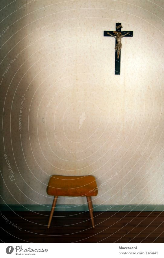 Die Sache mit dem Glauben II alt Einsamkeit gelb Wand Religion & Glaube Kirche Hoffnung Trauer Wunsch Bank Tapete Sitzgelegenheit trashig Verzweiflung