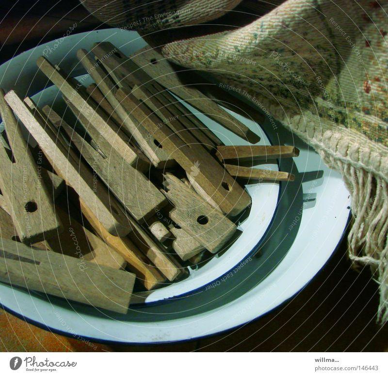 ] ausgeklammert [ Teller Schalen & Schüsseln Entertainment Holz alt festhalten Nostalgie Klammer Wäscheklammern Wäsche waschen durchdrehen umschlungen loslassen