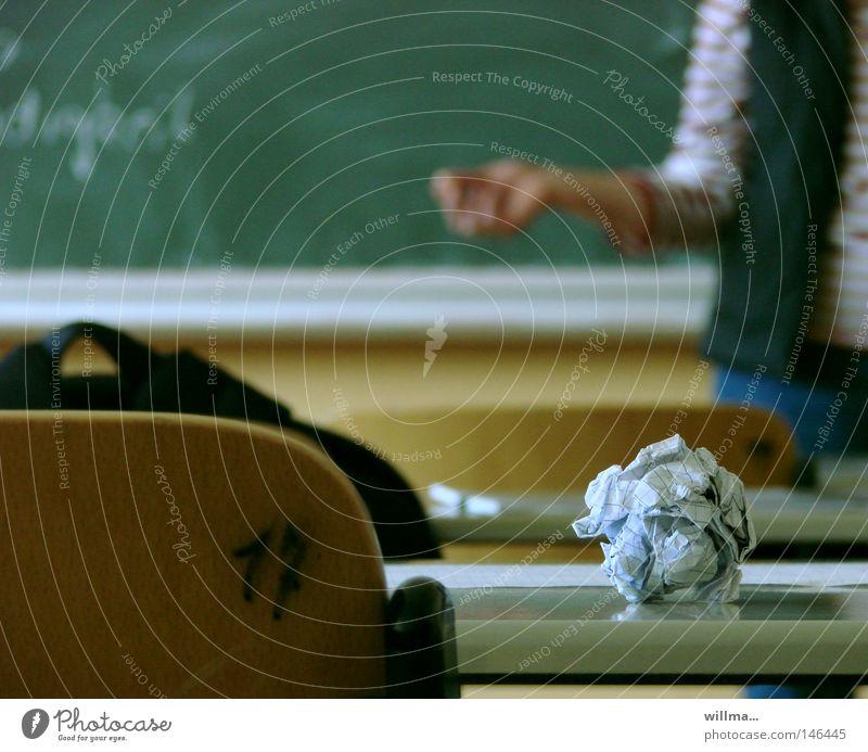 Papier auf Schulbank im Klassenzimmer mit Lehrerin Denken Schule lernen Studium Beruf Stuhl Bildung Konzentration Tafel Langeweile Wissen Berufsausbildung