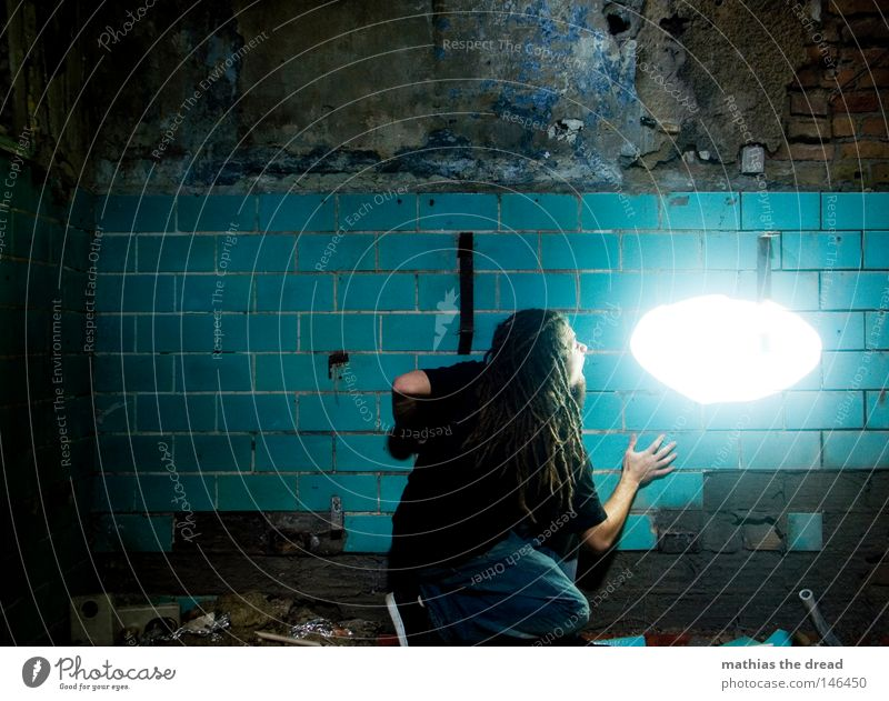 WHITE SPOT Mann Jugendliche alt blau schön Einsamkeit ruhig Ernährung kalt Wand Denken lustig Linie Raum Hintergrundbild dreckig