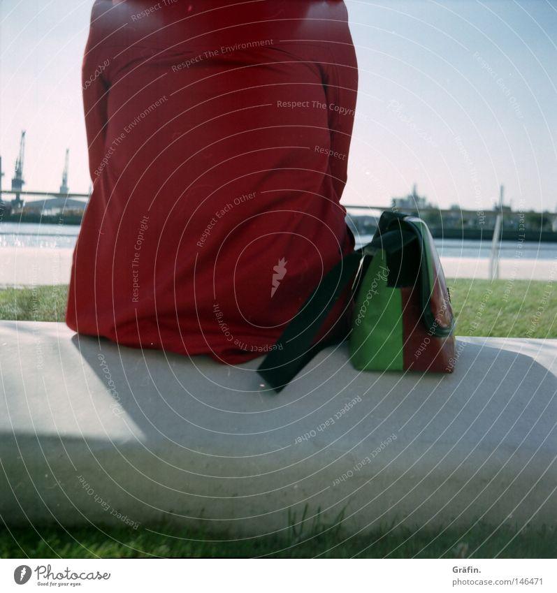 [HH 3.0] Kleines Päuschen sitzen warten rot Tasche Beton Hafen Hamburger Hafen Aussicht Pause Erholung Fernweh Wasserfahrzeug Industrie hinsetzen Blick genießen