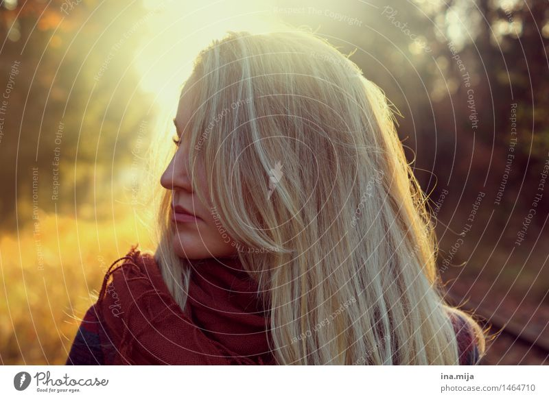 wenn du gehst, dreh dich nicht um Mensch Frau Jugendliche Junge Frau Sonne 18-30 Jahre Erwachsene Umwelt Leben Herbst Gefühle feminin Haare & Frisuren