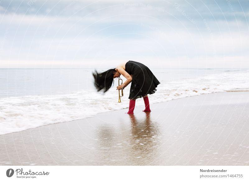 Lass es raus.... Mensch Frau Meer Freude Strand Erwachsene feminin Spielen Lifestyle Haare & Frisuren wild Freizeit & Hobby Musik Lebensfreude Urelemente Coolness